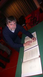 The President Santuari signs the agreement - Photo by the PAT press office