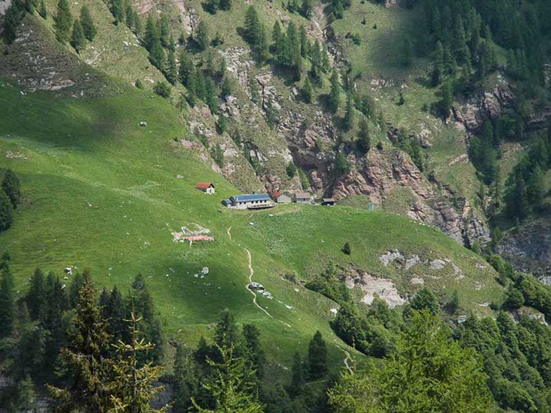 Pian Fontana Mountain Hut seen from La Vareta