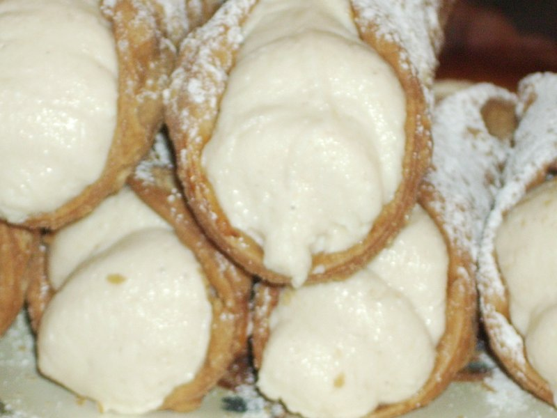 Cannoli filled with ricotta
