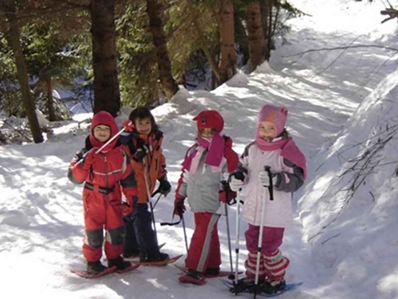 Children with snowshoes