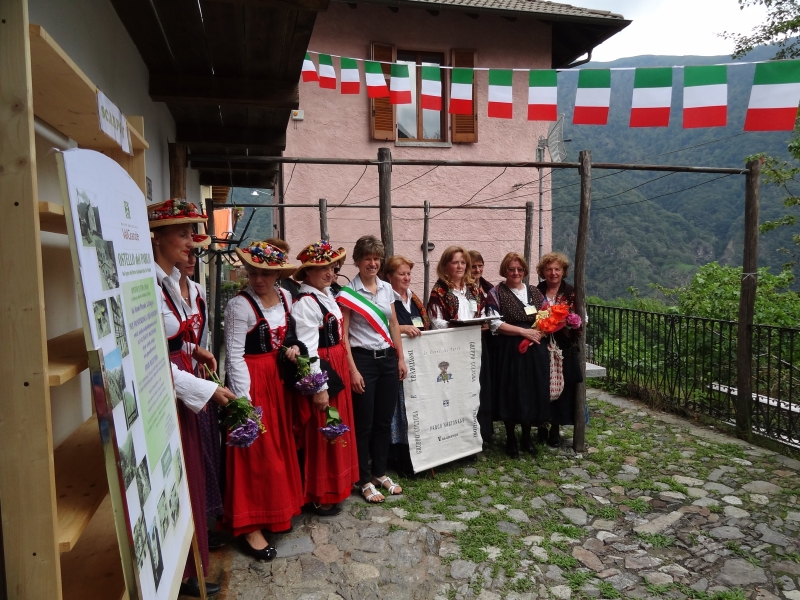 The Women of the Park and the President of the Silvia Marchionini Park Community on the occasion of the opening of the Ostello di Cicogna Hostel (Cossogno)